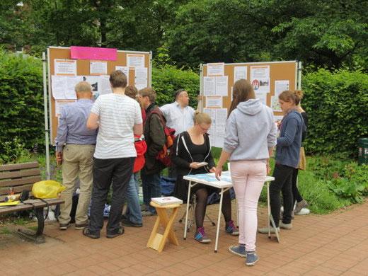 Gut informierte Schüler im Gespräch mit Besuchern der Ausstellung. Foto: W. Vacano (c)