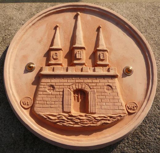 Modell des Altonaer Stadtwappens für den Stuhlmann-Brunnen, welches am 1. Juni 2010 am Brunnenrand eingeweiht werden konnte, Modell Vacano / Seiler, Foto: Wolfgang Vacano, Altonaer Stadtarchiv (c)