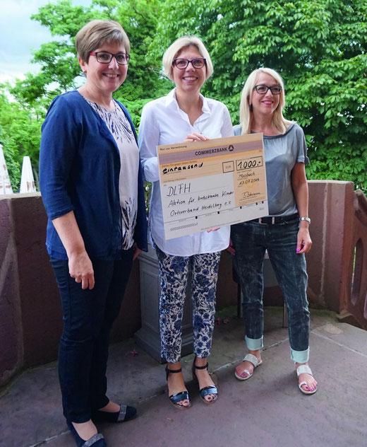EineSpende von 1000 Euro übergaben Beate Kessler und Elke Blidon (r.) an Stefanie Baldes vom Verein Krebskranke Kinder.