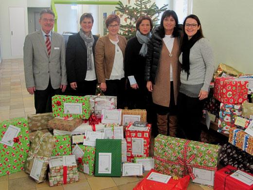 63 Geschenke für bedürftige Kinder im Kreis übergaben die Mitglieder des SI-Clubs Mosbach an Fachdienstleiter Peter Kuhl-Bartholomeyzik