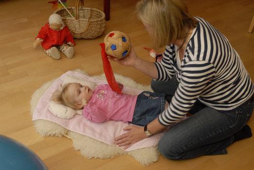 Szene mit Kind und Ball aus der interdisziplinären Frühförderung