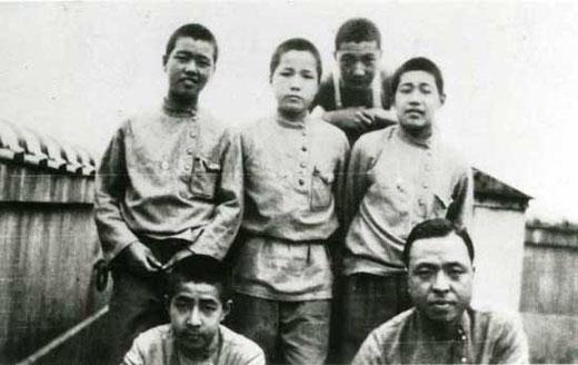 【写真5】「大正10(1921)年店員の制服にルパシカを採用」(新宿中村屋HP)