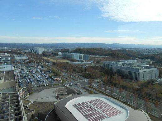 学研都市の上空から撮影、著名な企業の研究所が建ち並んでいます。道路が広い!