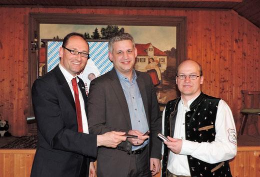 von links nach rechts:   Kreisverbandsvorsitzender des BRK Dachau Bernhard Seidenath, Erdwegs 2. Bürgermeister Christian Blatt und 1. Vorstand Gerhard Beck