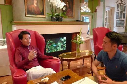 周松波博士(左)在海德堡接受对话德国访谈