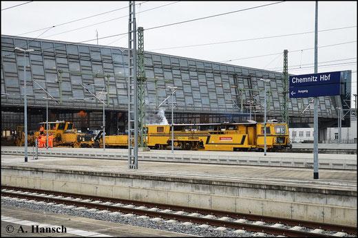 Am 8. April 2015 stehen SSP 110 SW und 09 32 CSM von Plasser & Theurer in Chemnitz Hbf.