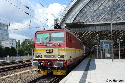 Regelmäßig sind die Loks hingegen in Dresden Hbf. zu sehen. 371 005-0 verlässt diesen am 16. August 2014 mit ihrem IC