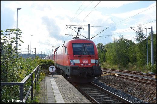 Die BR 182 ist in Pirna keine Seltenheit. Am 16. August 2014 verlässt 182 022-4 schiebend den Hbf.