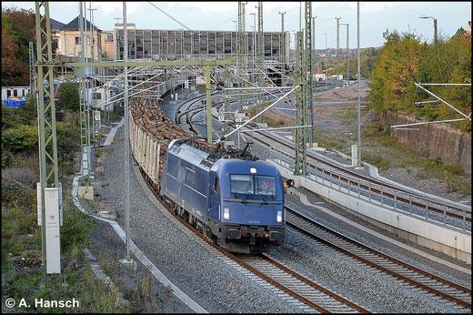 183 500-8 gehört zur Gattung ES64U4 (Taurus III). Am 15. Oktober 2014 durchfährt sie mit Holzzug, aus Freiberg kommend, Chemnitz Hbf.