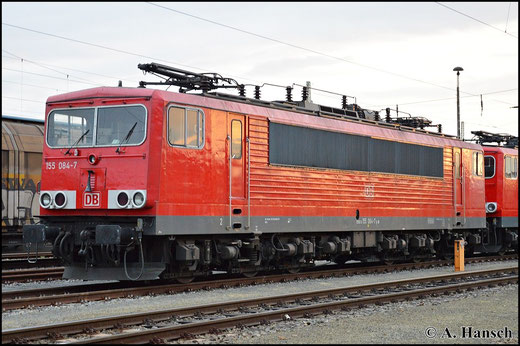 Am Abend des 25. April 2015 ruht 155 084-7 vor drei anderen Loks ihrer Baureihe in Cottbus Hbf.