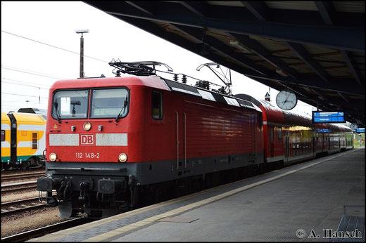 112 148-2 hat am 25. April 2015 RE18 nach Dresden Hbf. am Haken. In Cottbus Hbf. wartet der Zug auf Ausfahrt