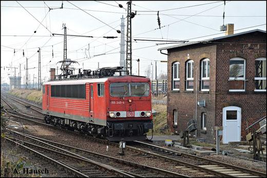 155 245-4 ist die 2. Besetzung ihrer Loknummer. Hinter ihr verbirgt sich eigentlich 155 166-2. Die Lok verunfallte und ihr Lokrahmen wurde verwendet um diese Maschine neu aufzubauen. Am 18. Februar 2015 passiert sie das Stw in Leipzig-Engelsdorf