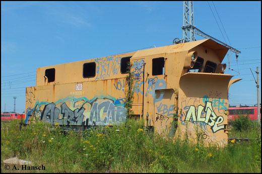 80 80 970 5 011-2 gammelt in Rostock-Seehafen vor sich hin. Die Loks im Hintergrund teilen ein ähnliches Schicksal. Sie sind z-gestellt und meist ist der Schrottplatz die nächste Station