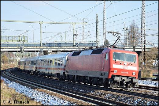Am 1. Februar 2015 verlässt ein IC um Schublok 120 137-5 Luth. Wittenberg Hbf. Soeben unterquert der Zug die Triftbrücke