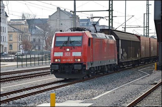 Seit dem Umbau besitzt Chemnitz Hbf. drei speziell für den Güterverkehr vorgesehene Gleise. Leider werden diese viel zu selten befahren. Am 7. März 2015 rollt 185 226-8 mit Autoteilezug über ein solches Gleis