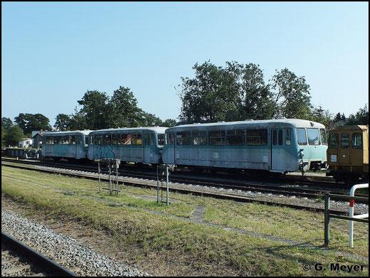 In Zinnowitz sind einige interessante Fahrzeuge abgestellt. Im Bild sind 771 023-9, 971 646-5 und 771 013-9 zu sehen