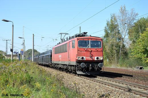 Bei bestem Licht zieht 155 110-0 ihren Autoleerzug am 18. September 2014 durch Leipzig-Thekla