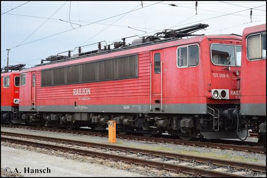Am 25. April 2015 steht 155 008-6 in Cottbus am Hbf. und wartet zwischen drei Schwestermaschinen auf neue Aufgaben