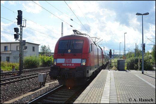 Auf der S1 zwischen Meißen und Schöna ist die BR 182 inzwischen feste Kraft. Eine solche S-Bahn fährt mit Zuglok 182 019-0 am 16. August 2014 aus Dresden kommend in Pirna Hbf. ein