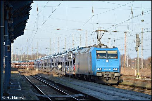 185 504-8 (185-CL 004) schleppt am 1. Februar 2015 einen Autozug durch Luth. Wittenberg Hbf.