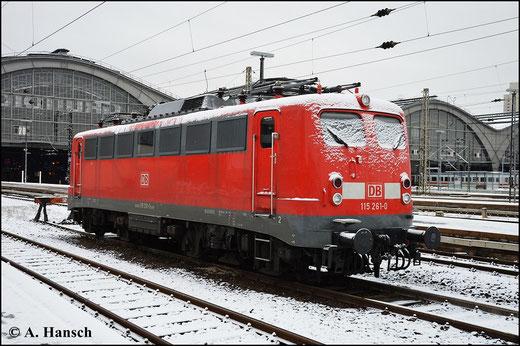 115 261-0 erinnert optisch eher an eine E40. Am 31. Januar 2015 wartet die Lok am Leipziger Hbf. auf neue Aufgaben. In der Nacht hat es etwas geschneit. Ein für diesen Winter seltenes Bild