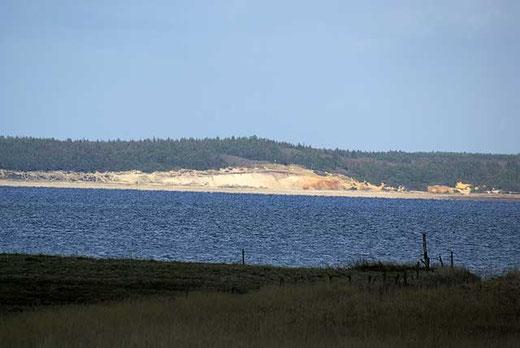 Blick zur Steilküste auf der gegenüberliegenden Seite der Ho-Bucht