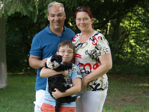 Gesar mit seiner neuen Familie bei der Übergabe in Breitenau am 6.8.2016