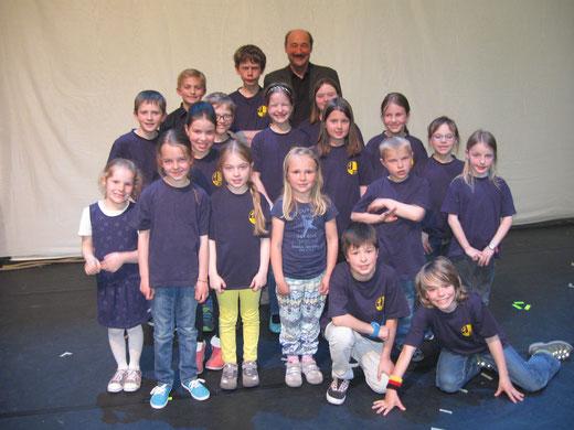"""Kinderchor """"Singing Kids"""" nach dem Auftritt mit Musiklehrer und Chorleiter Karl Zepf"""