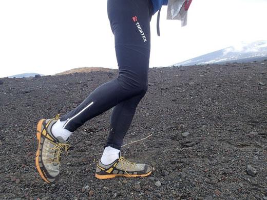 御殿場口新五合目から登り始め。富士山はやっぱり火山なのだと思い知らされる。TRIMTEXのロングパンツとinov-8 x-talon212