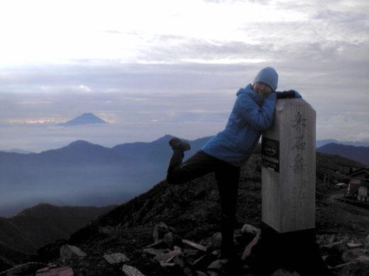 2012.8.18 朝6時半ごろ 南アルプス赤石岳(3120m)にて。奥に富士と天子山塊。見づらいですがTXパンツをはいています