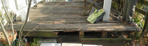 腐食が進んだウッドデッキは歩くとフカフカした感触があります