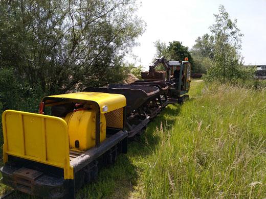 Met de minigraver worden kieplorries geladen (1 juni 2019), Spoorijzer 109 doet het rangeerwerk.