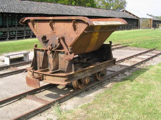 Een Spoorijzer kipkar met een volume van 1 kuub. Deze lorrie, afkomstig van Steenfabriek de Vlijt in Winterswijk, is nu in het bezit van musem de Werklust in Losser.