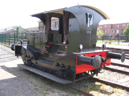 Een van de ex-NS Oersikken die door Spoorijzer is gerenoveerd, is bewaard bij de Museum Buurt Spoorweg (MBS) in Haaksbergen. Twee van dergelijke locs werden na revisie aan het verhuurpark van Spoorijzer toegevoegd. (Foto: 29 mei 2005)