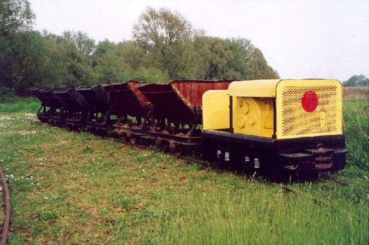 Mijn loc (voorjaar 2002) met een kipbakkentrein op het voormalige omloopspoor bij de GSS