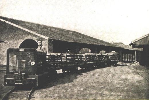 Een onbekende RT met lorries met steenvormen onderweg bij een haaghut. Opvallend is de afwijkende fabrieksplaat op de motorkap.