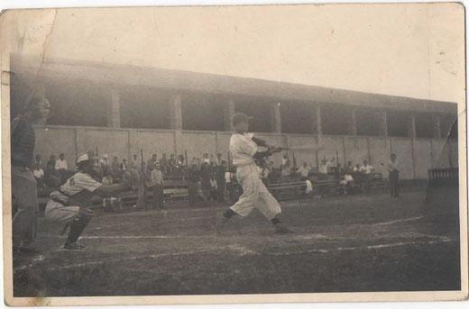Franco Ludovisi ci ha inviato questa foto della partita Longbridge-Libertas Bologna conclusasi 50 a 4 come ricordato nell'articolo che con grande piacere pubblichiamo. In battuta Franco Ludovisi