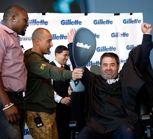 Il poliziotto Steve Horgan a braccia alzate dopo il taglio della barba con Ortiz e Victorino in occasione della Raccolta fondi per le vittime della Maratona di Boston. (Foto da MLB.com)