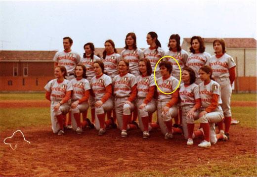 Maria Soldi (cerchiata di giallo) in una foto della formazione Campione d'Italia Norditalia Assicurazioni Bollate Softball del 1972 (foto dal sito del Bollate Softball) - clicca sulla foto per ingrandire