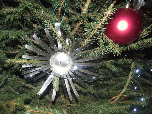Kersterren uit blik in de Melbeekstraat