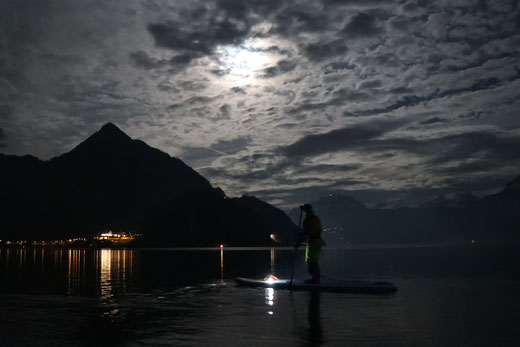 Ein Highlight: Stand Up Paddeln im Mondschein. Gemeinsam von Buochs richtung Vollmond.