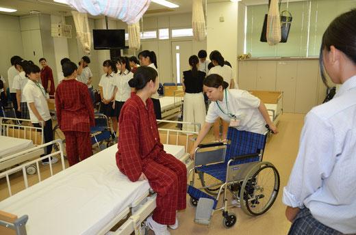 ▲看護体験「車椅子移乗」