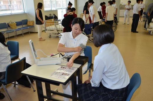 ▲看護体験「血圧測定」