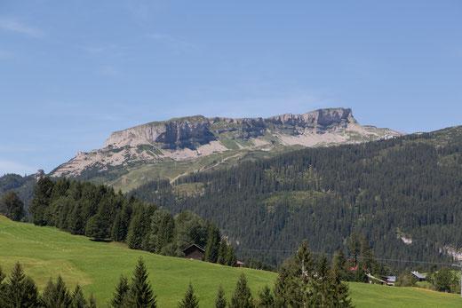 """Blick vom Gästehaus Claudia - Bergriese """"Ifen"""" ...  geneigtes Plateau, die steilabfallenden Felswände ... einzigartig schön"""
