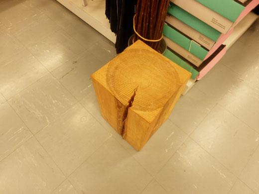 木材が豊かだから。店内におもむろに置いてある木の切株椅子