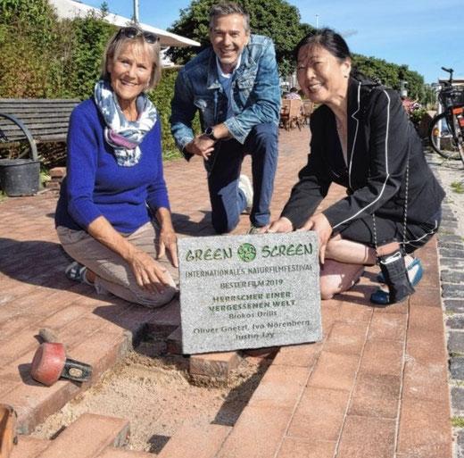 Steinplatte mit Namen der Gewinnern des Green Screen Awards in Eckernförde