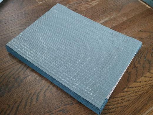 ミニ畳(minai tatami)の裏面は全面滑り止めシート貼りです