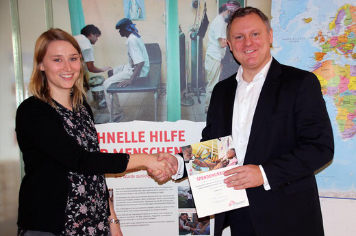 Image: Dr Michael Hadem (Senior Director Eurofins Genomics Europe) presents the donation to Lena Lindner in the 'Doctors Without Borders' HQ in Berlin.