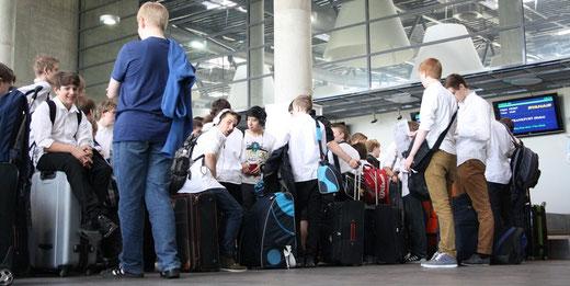 Der Wiesbadener Knabenchor beim Check-in am Flughafen Kaunas (Litauen)
