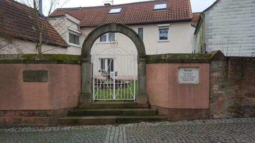 zum ehemaligen Portal der Lutherischen Kirche